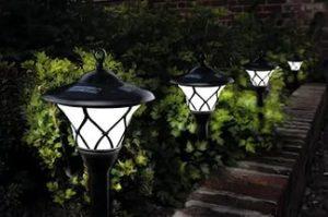 Фонари на ножках для освещения дорожек загородного дома