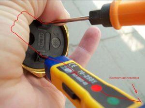 Проверка целостности цепи с помощью отвертки индикатора