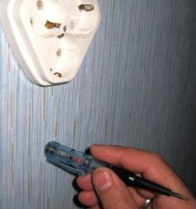 Поиск проводки в стене с помощью индикаторной отвертки