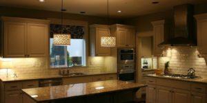 Как оформить кухню светильниками