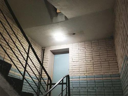 LED-светильник на лестничной площадке