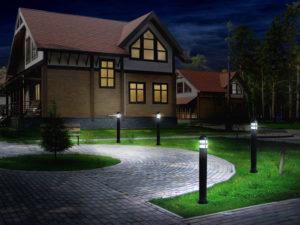 Осветительные столбики освещают путь по дорожке
