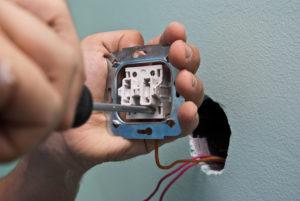 Отсоединяем провода от старого выключателя