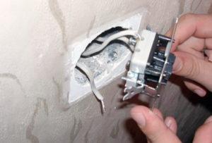 Отсоединяем провода от выключателя