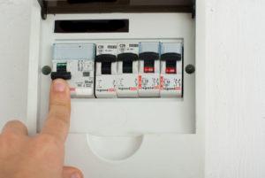 Отключаем напряжение с помощью автоматического выключателя