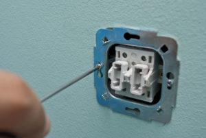 Как правильно выкрутить винты креящие выключатель