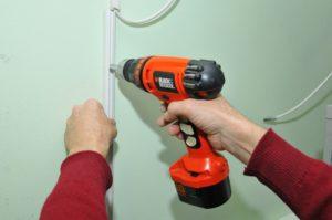 Как прикрепить кабель короб к стене