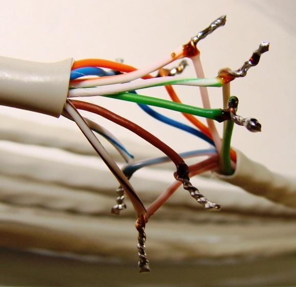 Протянуть кабель в комнаты аккуратно - бесценно.