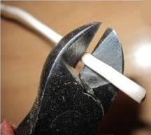 Зачистка изоляции провода с помощью бокорезов
